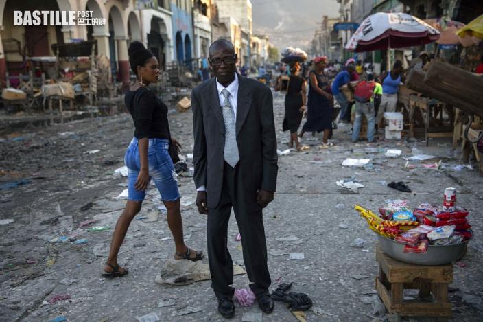 海地非法移民遭遣返 機場現撕拉場面美移民部職員受傷