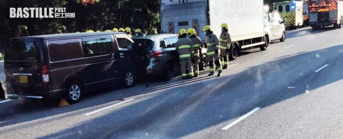 屯門公路3車相撞 私家車被夾有人被困