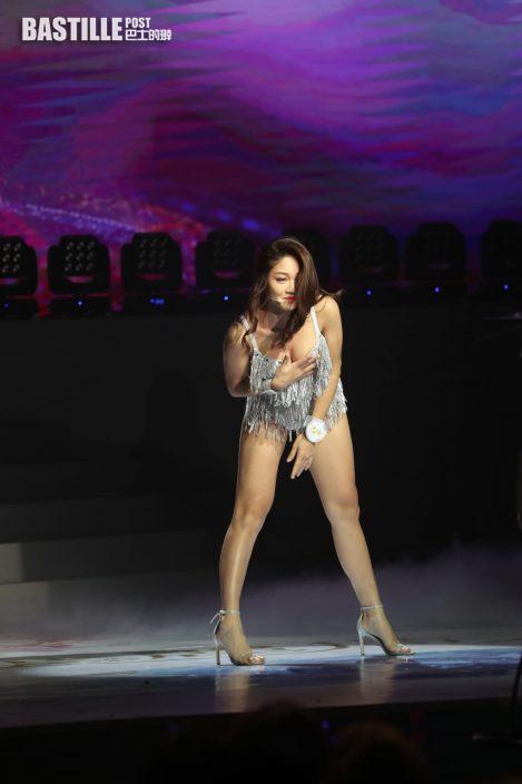 亞姐決賽丨4號袁群有性感舞衣如半裸 網民嘲似旅行團夜店看表演