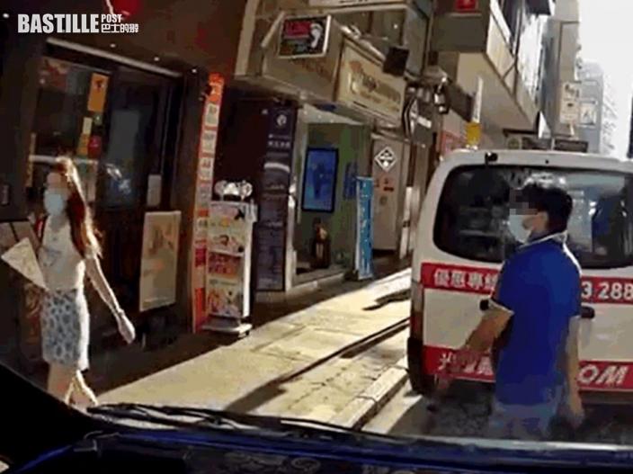 Juicy叮 過馬路疑𥄫女分神 男子跌倒衝前頭撞招牌