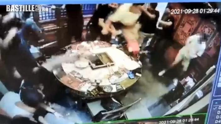 天眼直擊|尖沙嘴餐廳黑幫打大交 推冧枱凳互扔碗碟一片狼藉