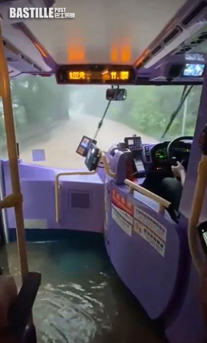 暴雨肆虐|新巴變激流巴士黃泥水湧入車廂現「河道」