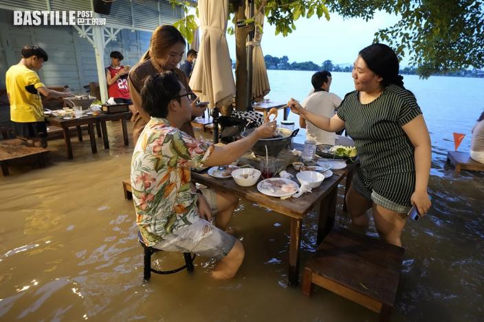 風暴加豪雨 泰國餐廳將洪患變身「水景用餐」爆紅 轉危為機