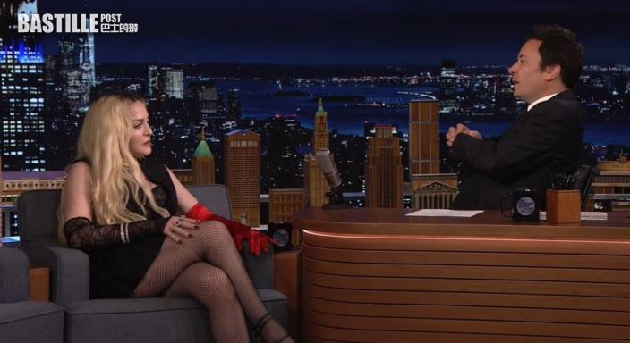 麥當娜亮相名嘴節目受訪 揭起短裙露黑底行為出位