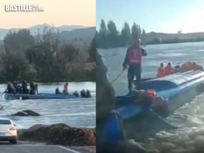 石家莊載51人大巴衝入河中 多人站車頂待救