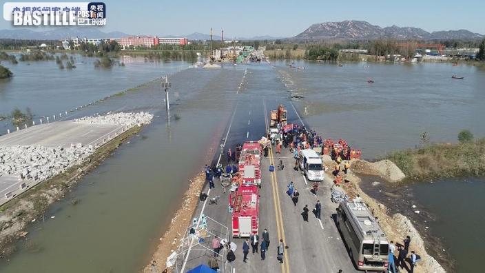 石家莊載51人巴士衝入河 至少3死11失蹤