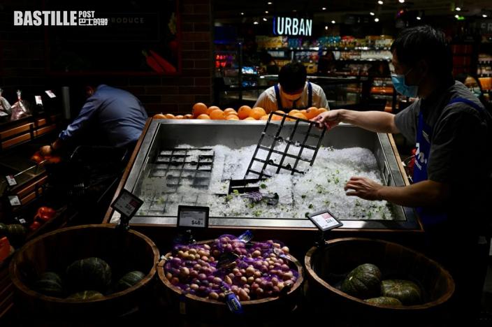 「圓規」襲港前夕市民湧超市街市搶購 有市民買幾日餸