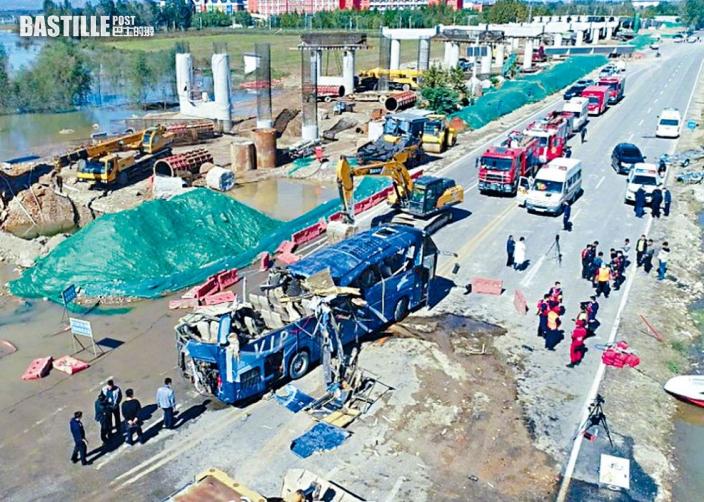 水淹橋面照駛過 冀巴士墮河13死