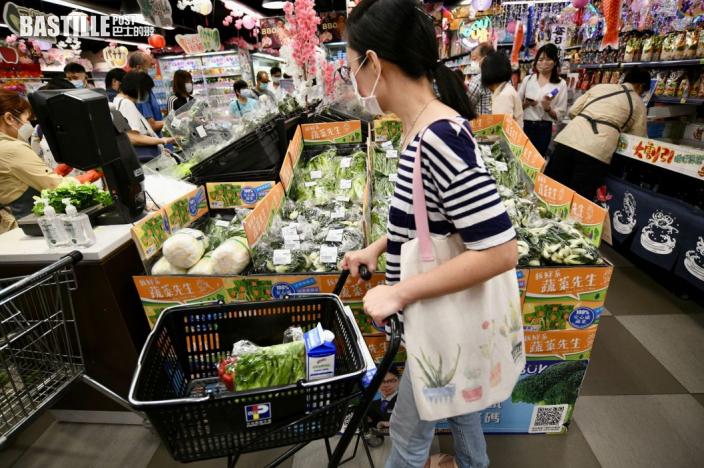 圓規襲港 市民早放工人潮攻陷超市食物貨架清空 排半小時付款