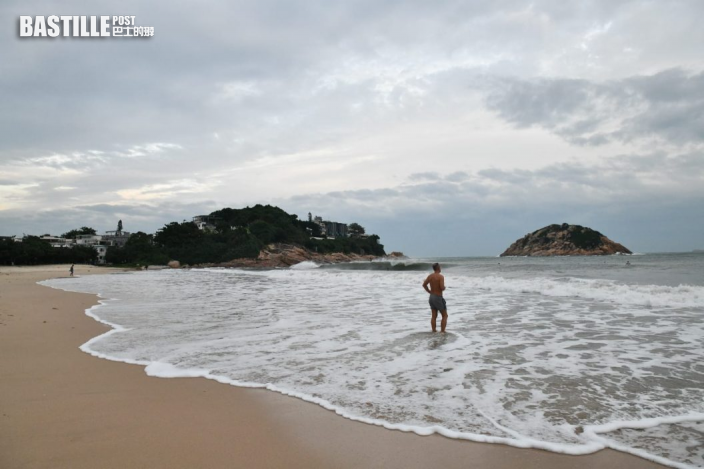圓規襲港|泳客趁大浪衝浪 天文台籲停止水上活動
