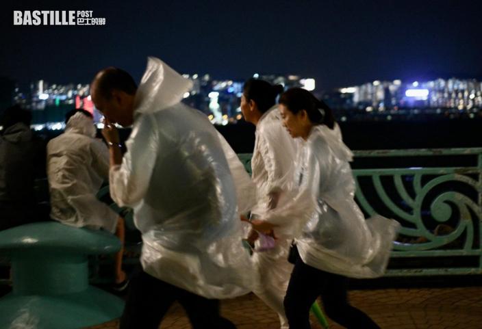 圓規襲港|紅磡碼頭市民着雨衣追風把握機會感受風力