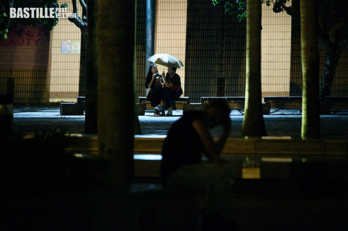 圓規襲港|維港兩岸市民着雨衣追風 杏花邨大浪拍打上岸