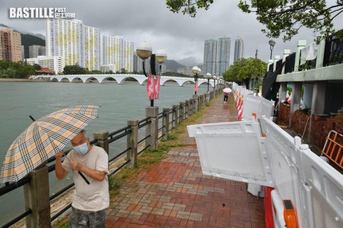 圖輯|市民冒雨岸邊追風感受「圓規」威力 風暴下多區水浸塌樹