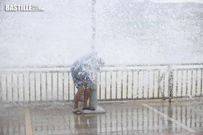 圓規襲港 杏花邨市民毋懼風雨觀湧浪 紅磡晨泳客如常游泳