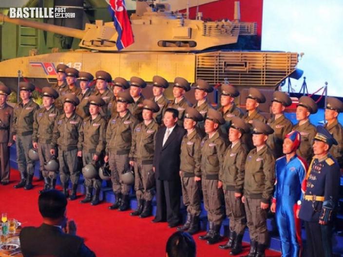 金正恩與士兵合照 驚現「北韓隊長」