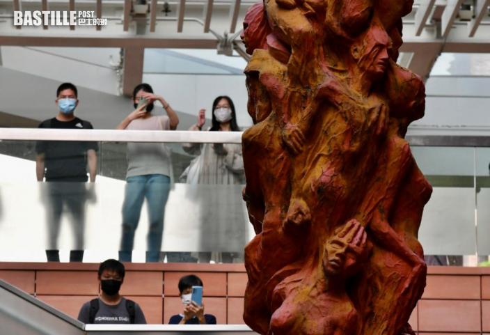 雕塑家高志活擬將國殤之柱移至歐美展出 多名市民到場拍照留念